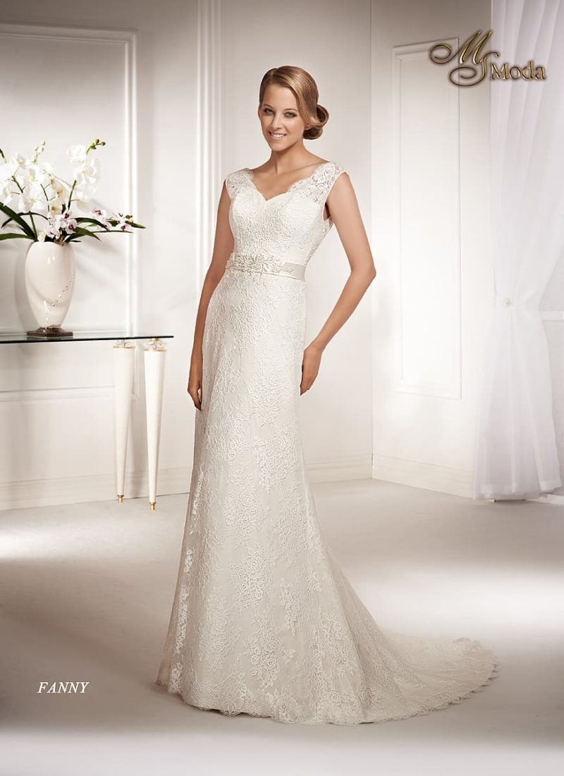 Прямое свадебное платье с кружевным шлейфом и V-образным вырезом.