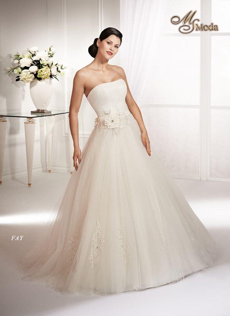Открытое свадебное платье силуэта «принцесса» с декором из объемных аппликаций.