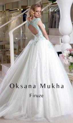 Свадебное платье с силуэтом «принцесса», декором из цветного кружева и открытой спинкой.