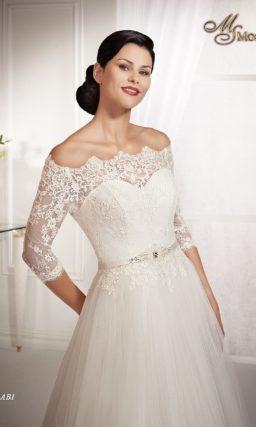 Свадебное платье силуэта «принцесса» с длинным шлейфом и кружевным декольте.