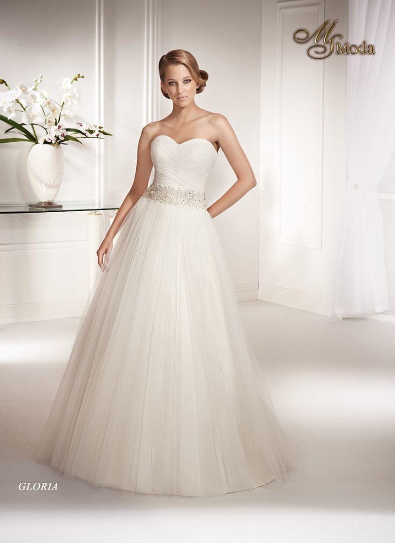 Свадебное платье силуэта «принцесса» с драпировками на корсете и широким поясом.