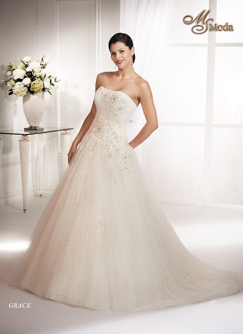 Свадебное платье «принцесса» с открытым корсетом, украшенным вышивкой, и шлейфом.