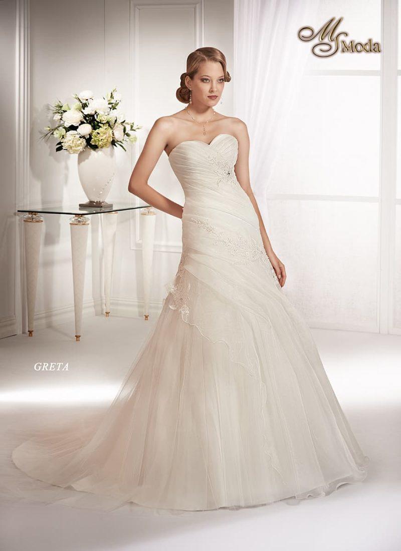 Открытое свадебное платье силуэта «принцесса» с заниженной талией и пышным шлейфом.