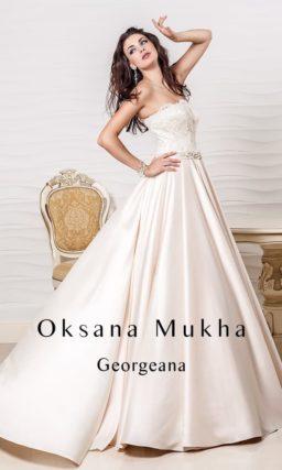 Цветное свадебное платье силуэта «принцесса» из атласной ткани с кружевной отделкой.