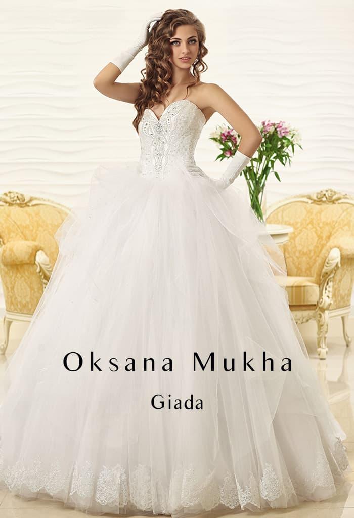 Пышное свадебное платье с объемным длинным шлейфом и корсетом из фактурной ткани.