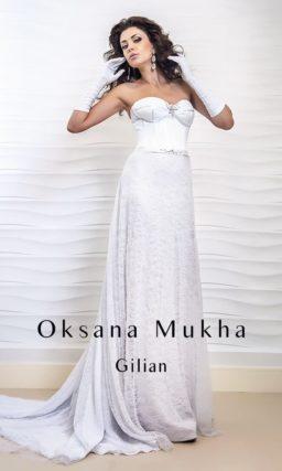 Прямое свадебное платье с открытым атласным корсетом и кружевной юбкой со шлейфом.