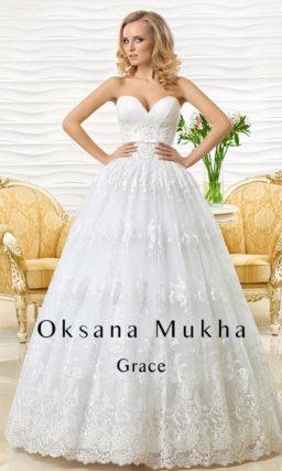 Открытое свадебное платье с соблазнительным лифом-сердечком и пышной кружевной юбкой.