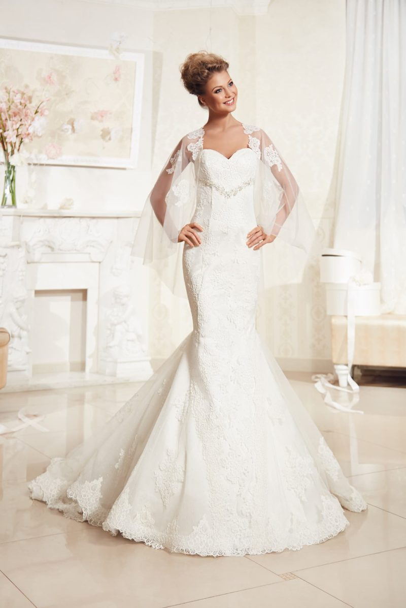 Свадебное платье силуэта «рыбка» с бисерной вышивкой под лифом и болеро из прозрачной ткани.