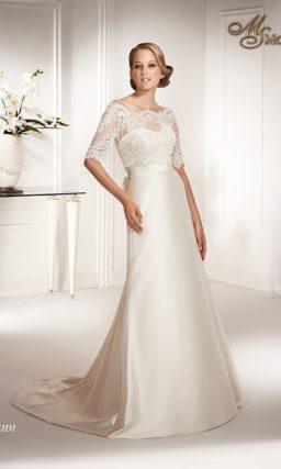 Атласное свадебное платье прямого силуэта с коротким кружевным болеро.