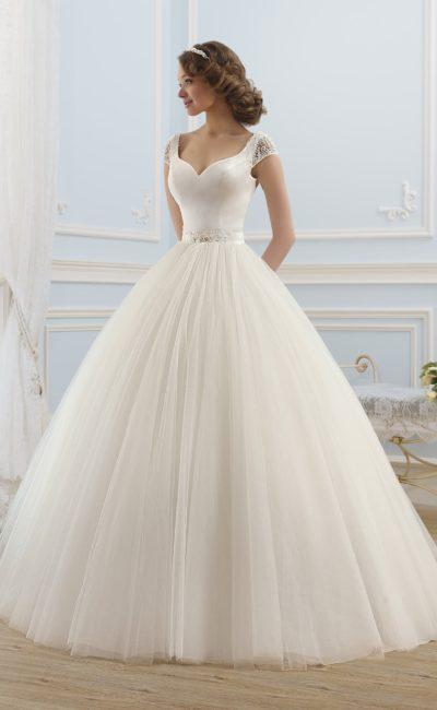 Пышное свадебное платье с округлым вырезом на спинке.