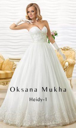 Пышное свадебное платье с глубоким декольте в форме сердца и вышивкой на уровне талии.