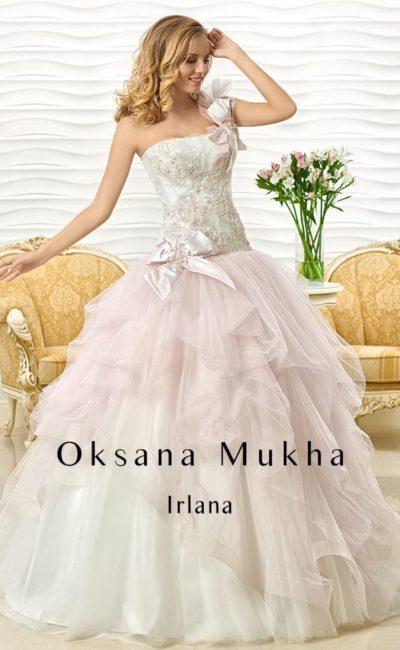 Свадебное платье с пышной юбкой, украшенной оборками, и открытым корсетом с бантами.