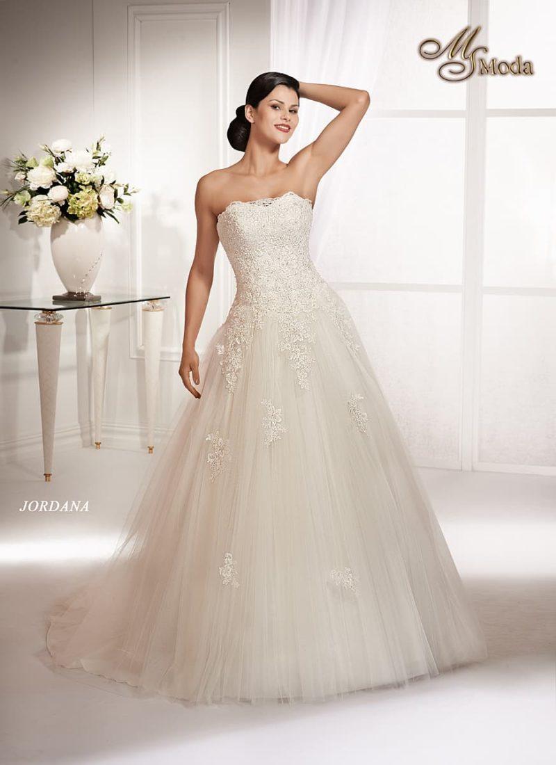 Открытое свадебное платье силуэта «принцесса» с кружевными аппликациями на юбке.