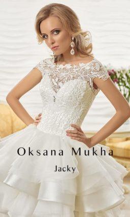 Потрясающее свадебное платье длиной до середины бедра с пышной юбкой и кружевным декором.