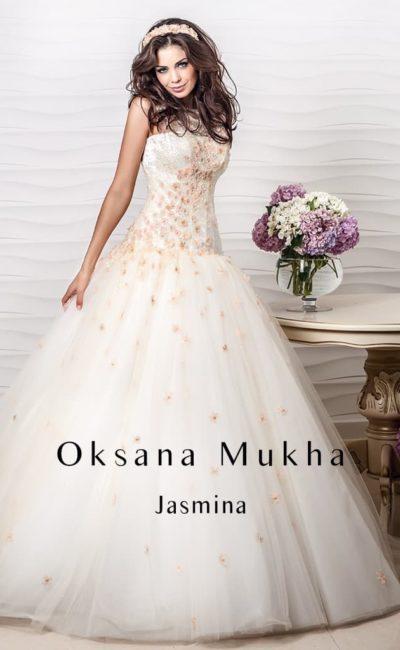Пышное свадебное платье с закрытым верхом, декорированным цветной вышивкой.