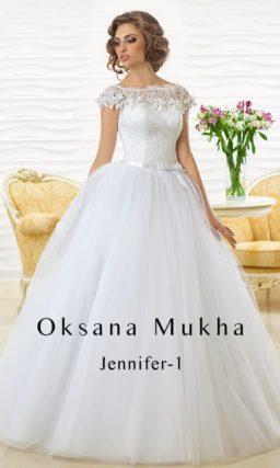 Свадебное платье с многослойной пышной юбкой и кружевным верхом с округлым вырезом.
