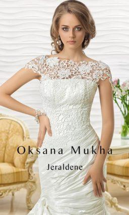 Драматичное свадебное платье с закрытым кружевным лифом, юбкой «рыбка» и фактурными складками ткани.