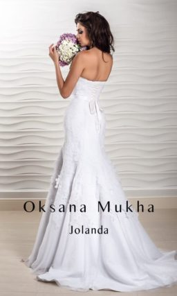 Кружевное свадебное платье с открытым лифом и облегающим силуэтом «рыбка».