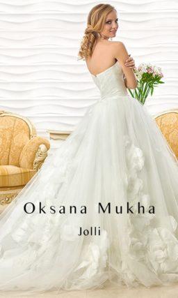 Открытое свадебное платье пышного силуэта с объемными бутонами из плотной ткани на юбке.