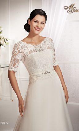 Закрытое свадебное платье силуэта «принцесса» с ажурными рукавами длиной до локтя.