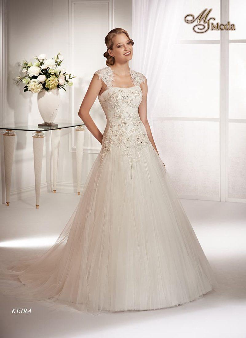 Свадебное платье силуэта «принцесса» с отделкой из золотистого кружева по корсету.