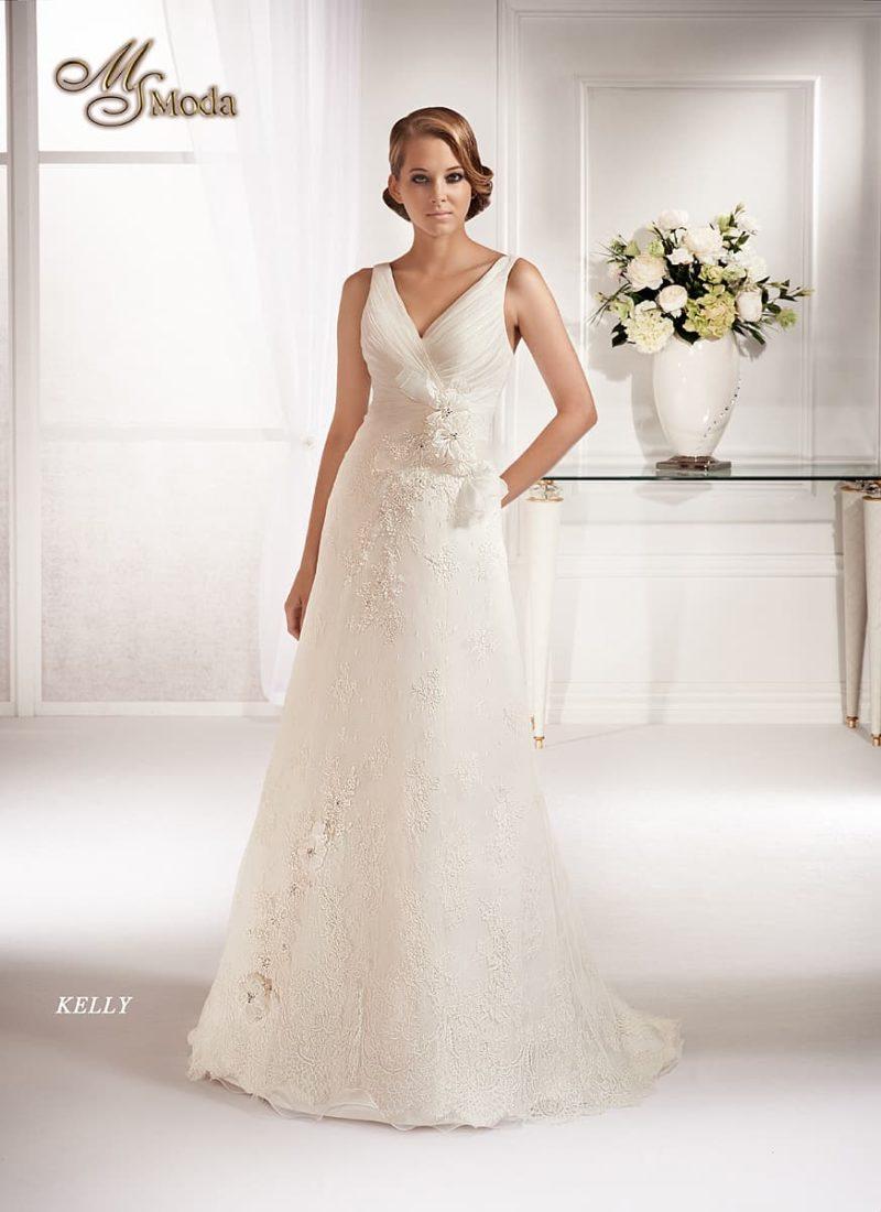 Прямое свадебное платье с небольшим шлейфом и V-образным вырезом на лифе.