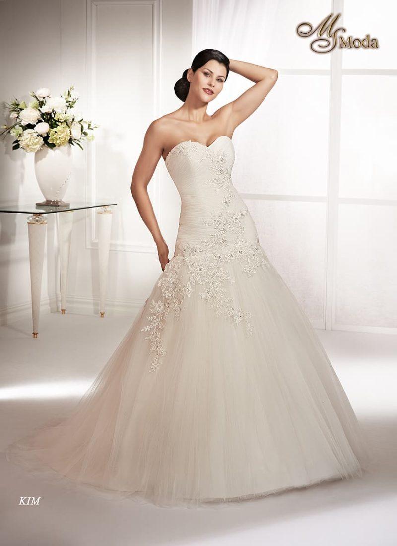 Свадебное платье силуэта «принцесса» с заниженной талией и кружевным декором.