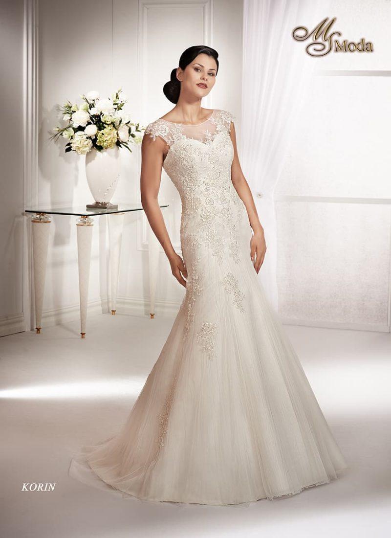 Закрытое свадебное платье силуэта «рыбка» с коротким рукавом и кружевной отделкой.