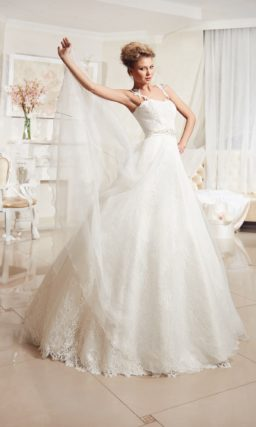 Свадебное платье с кружевной юбкой, узкими фигурными бретелями и расшитым поясом.