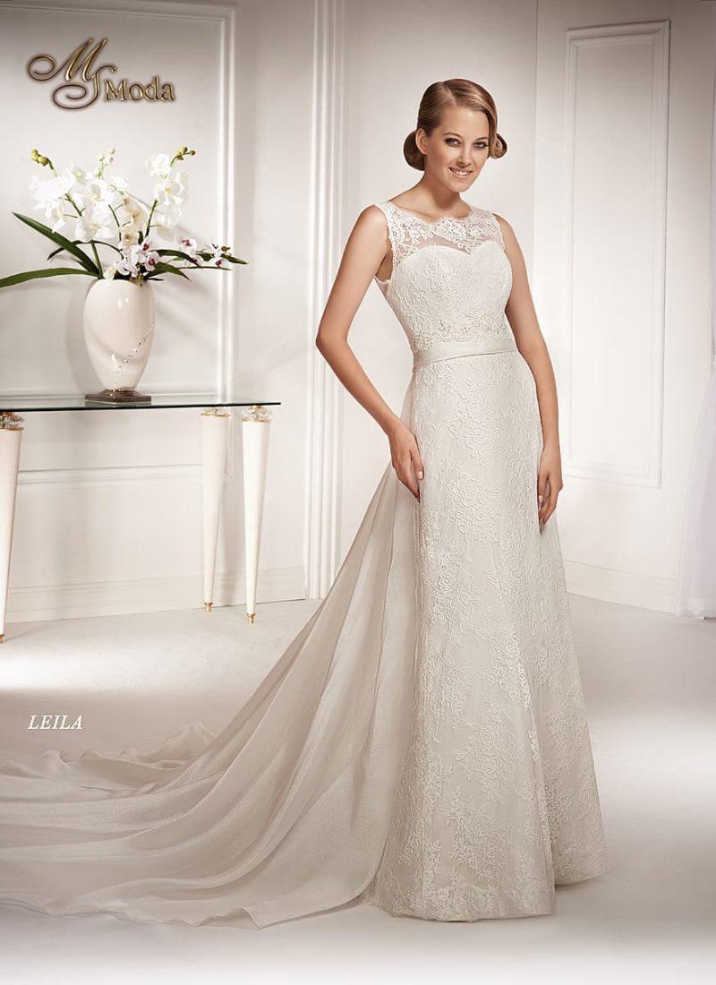 Закрытое кружевное свадебное платье прямого силуэта с длинным полупрозрачным шлейфом.