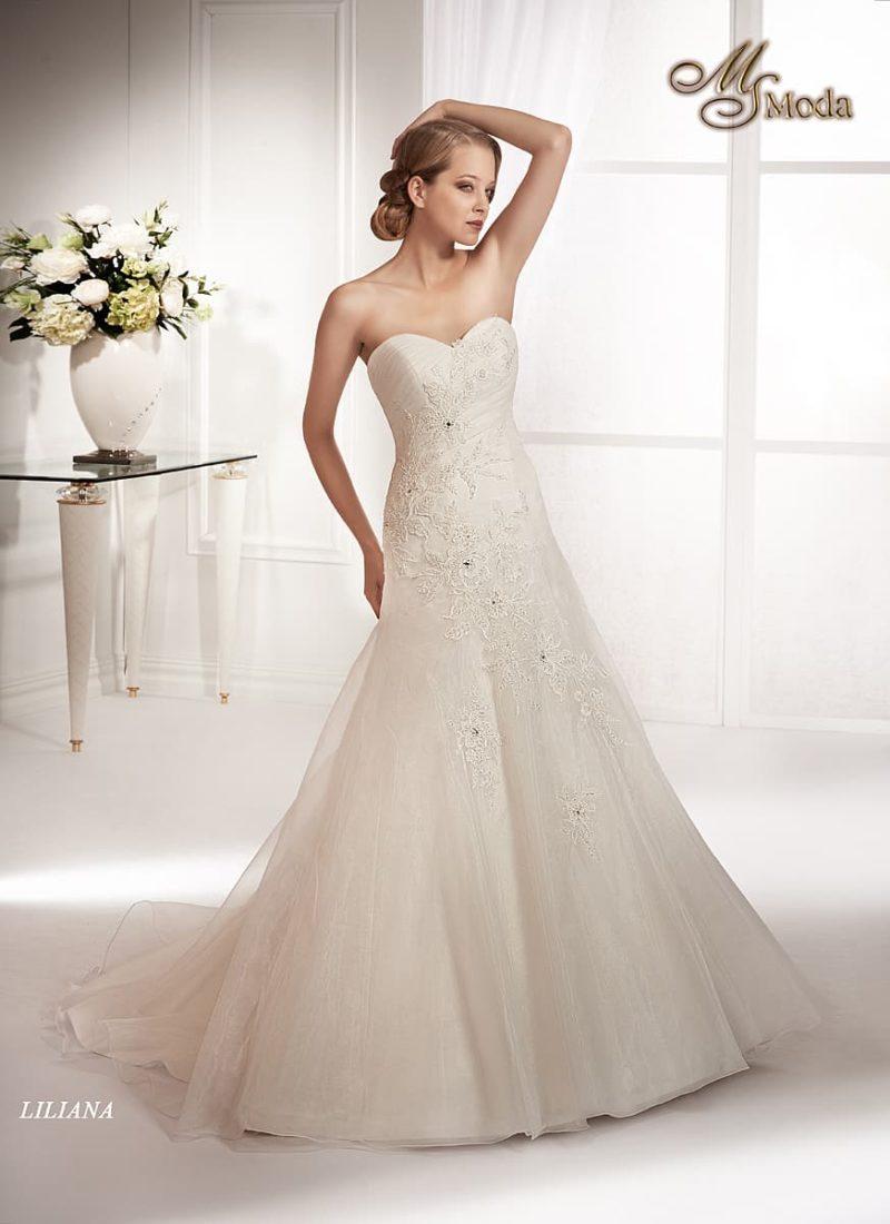 Свадебное платье силуэта «принцесса» с кружевным узором от корсета до подола.
