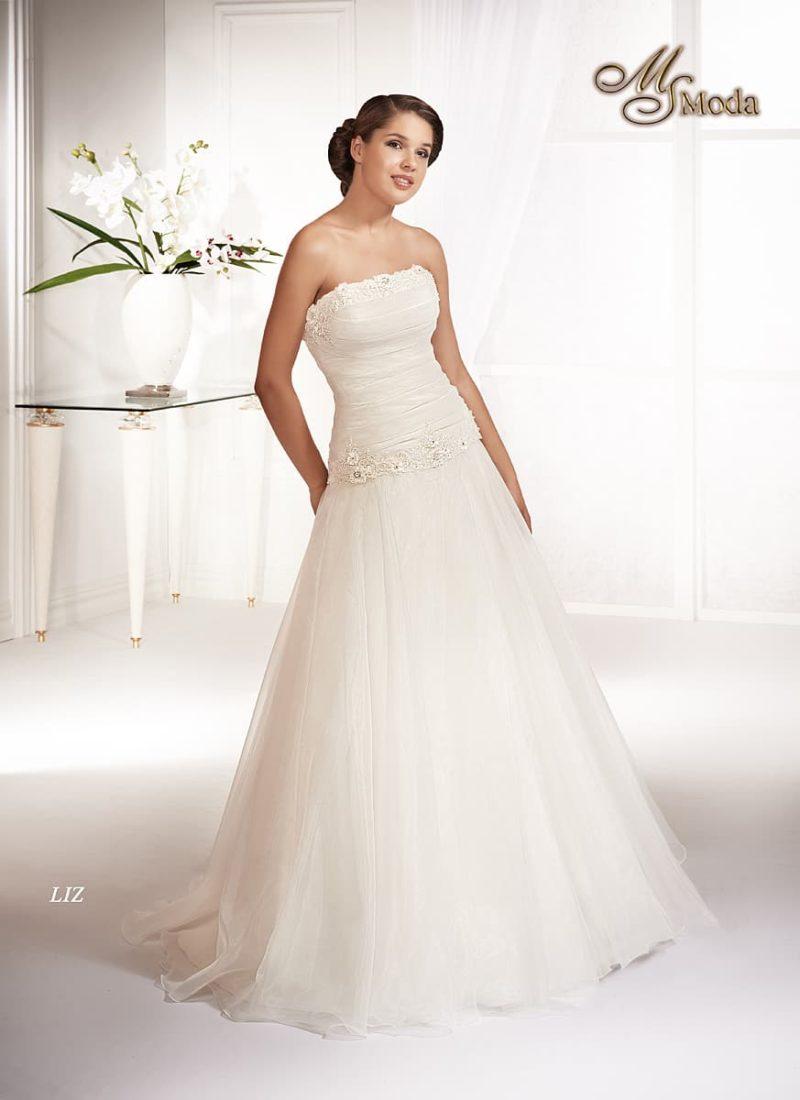 Открытое свадебное платье «принцесса» с лифом прямого кроя и отделкой драпировками.