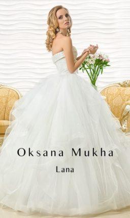 Шикарное свадебное платье с оборками по пышной юбке и вышитым бисером корсетом.