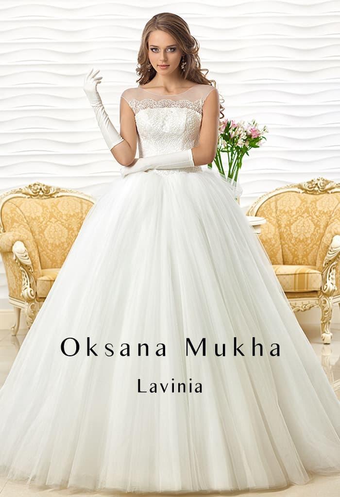 Невероятно пышное свадебное платье с закрытым верхом и объемным бантом сзади на талии.