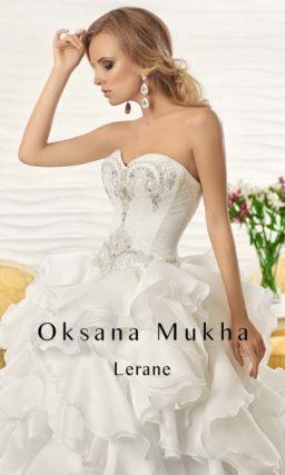 Неповторимое свадебное платье с буйством пышных оборок на юбке и открытым лифом.