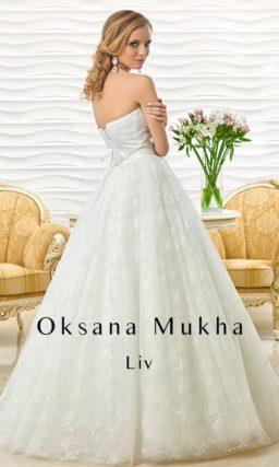 Пышное свадебное платье с кружевной юбкой и открытым корсетом прямого кроя.