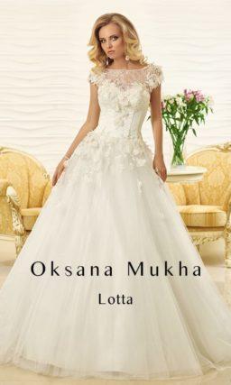 Свадебное платье с силуэтом «принцесса» и декором из плотных лепестков по корсету.