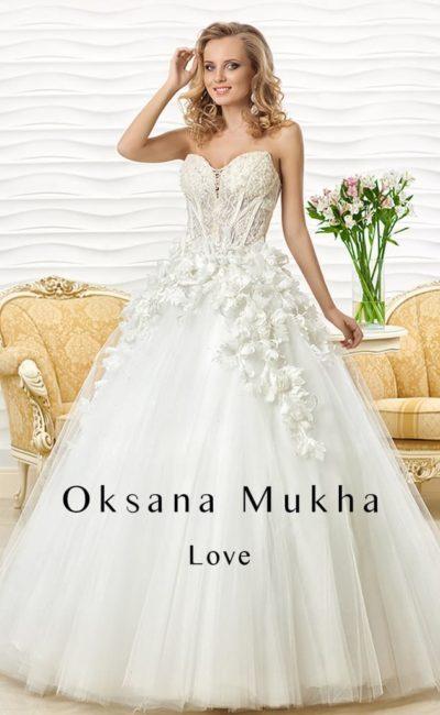 Свадебное платье пышного силуэта с фактурным декором открытого корсета и верха юбки.