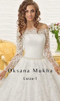 Пышное свадебное платье с портретным декольте и длинными рукавами из кружевной ткани.