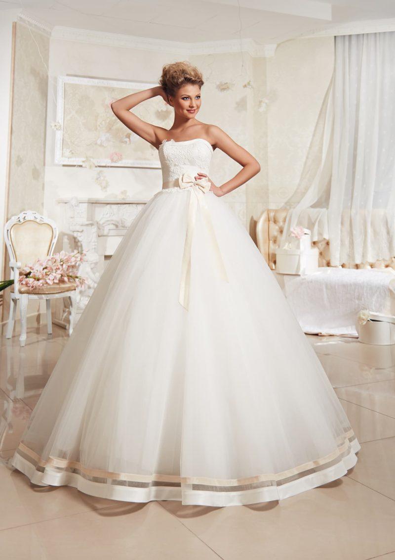 Пышное свадебное платье с декором из атласных полос по нижнему краю подола и на корсете.