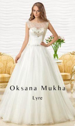 Романтичное свадебное платье «принцесса» с ажурным верхом и узким атласным поясом.