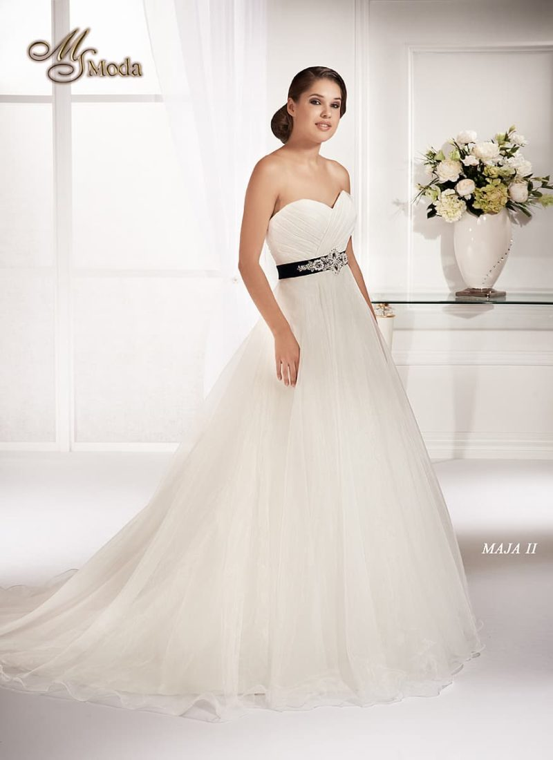 Открытое свадебное платье с силуэтом «принцесса» и атласным черным поясом.