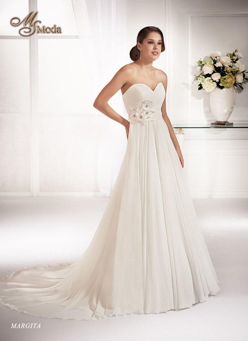Открытое свадебное платье «принцесса» с длинным шлейфом, оформленное драпировками.