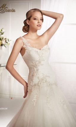 Свадебное платье «принцесса» с асимметричным лифом и заниженной талией.