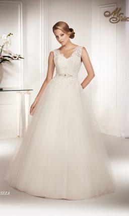 Пышное свадебное платье с ажурным V-образным декольте с широкими бретелями.