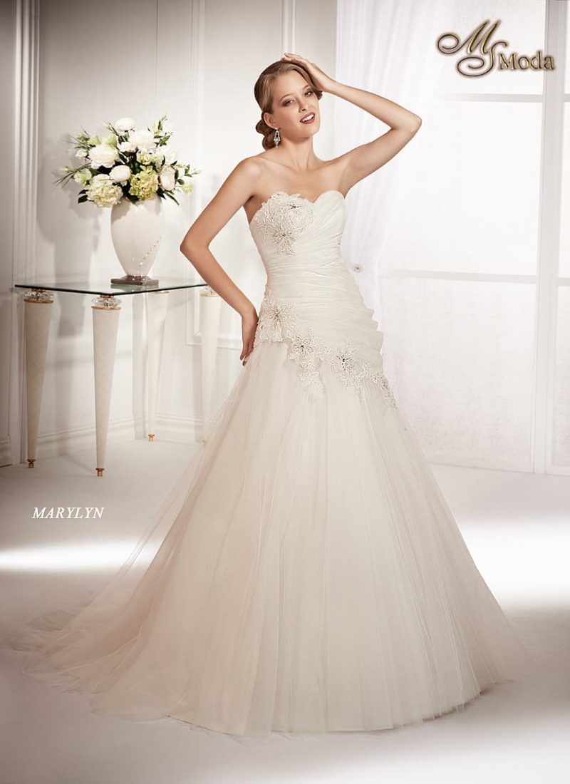 Свадебное платье силуэта «принцесса» с лифом в форме сердца и аппликациями по корсету.