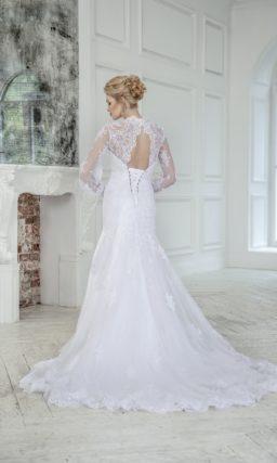 Свадебное платье «рыбка» с длинными ажурными рукавами и V-образным вырезом лифа.