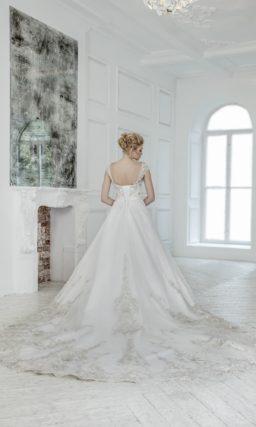 Свадебное платье силуэта «принцесса» с широкими ажурными бретелями и длинным шлейфом.