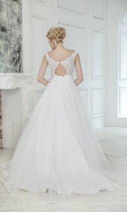 Свадебное платье «принцесса» с V-образным декольте и вырезом на спинке.