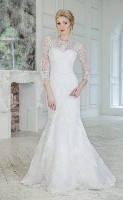 Свадебное платье силуэта «рыбка» с длинными рукавами и вырезом на спинке.
